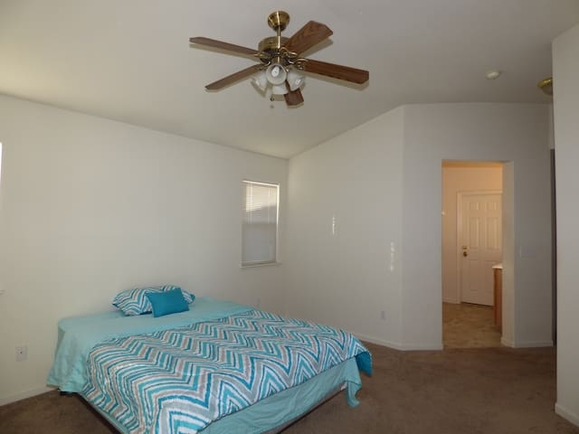 Great room with private bath in Elk Grove - Elk Grove - Rumah