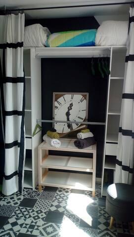 dressing de la chambre, étagères pour déposer vos effets personnels et penderie avec cintres