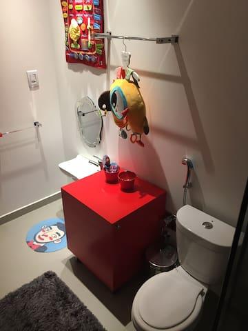 Banheiro infantil com ducha reversível para uso adulto.