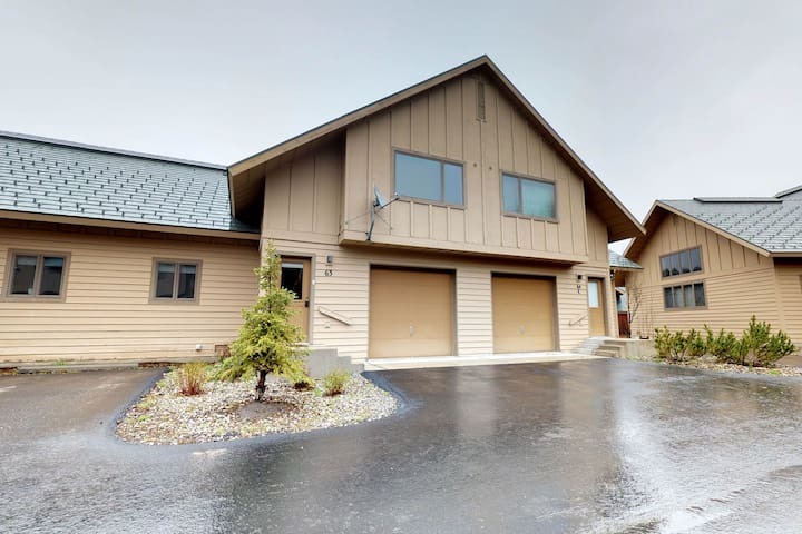Modern ski-in/out townhouse w/ rustic touches & entertainment - great location!