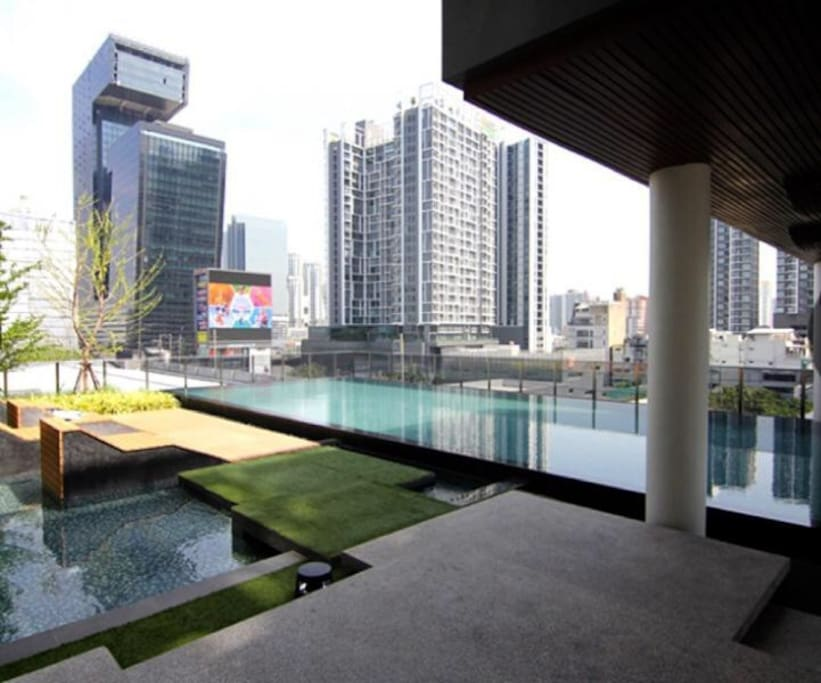 Cozy swimming pool and garden in the center of district