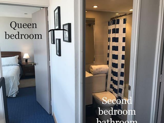Dormitorio chico cama Queen y su baño