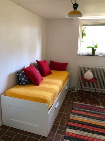 Sovrum bottenplan med utdragbar säng