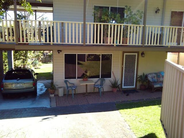 House FLAT, own lounge beds kitch bath deck.
