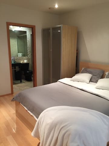 Private en suite room 3 miles from the beach