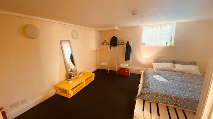 Spacious studio flat 5 min from Piccadilly line