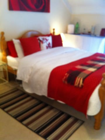 Tipperary town, kingsize bed. 30e with breakfast