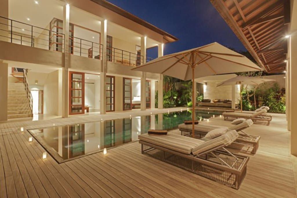 4 BR Luxe Pool Villa walk to GWK, full staff service