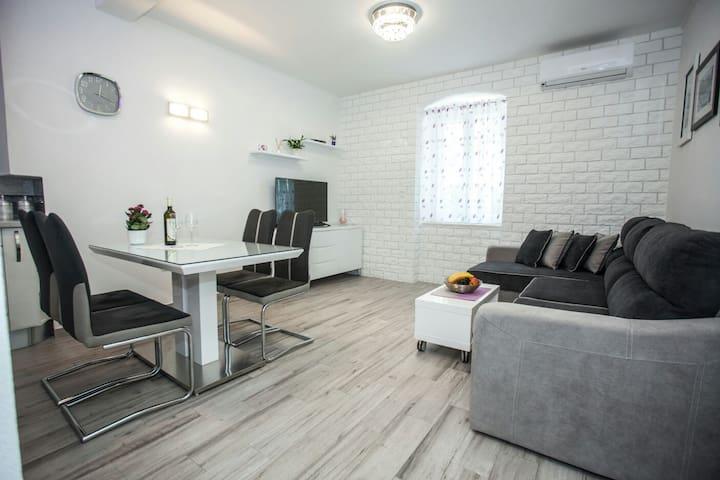 White paradise luxury apartment, Bacvice beach