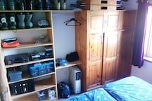 Schlafzimmer mit viel Stauraum in den Regalen
