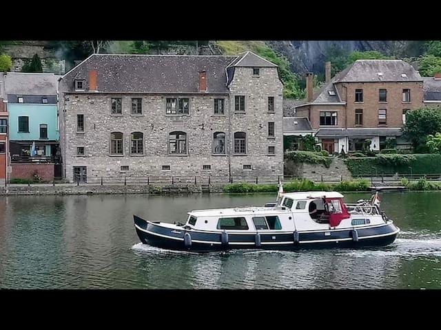 L'O Berge Un espace de vie idéal afin de vous retrouver en bordure de Meuse à l'entrée de la magnifique ville de Dinant