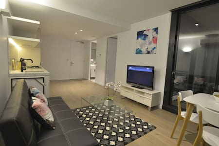 Spacious, Bright and Nice 1 new bedroom apt - North Melbourne - Apartment