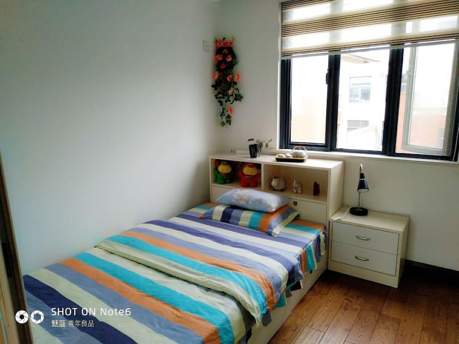 次卧室1米2床