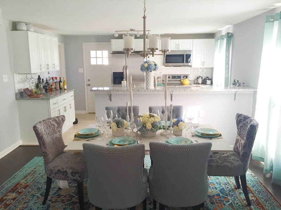 There's no better place to have a meal than in a beautiful dinning room. Sitting just off the kitchen is the perfect space for 6 people to enjoy a night in. Plenty of sunlight shines through the dinning room with modern comfortable chairs and a kitchen fit for any chef to use.