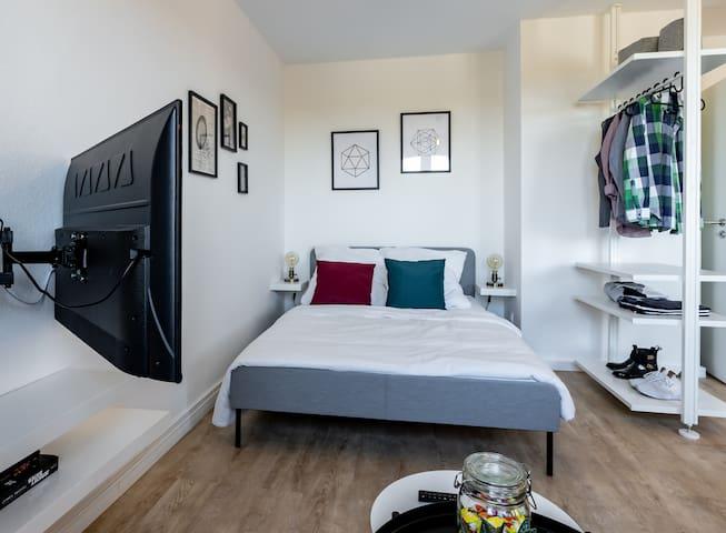 Den Smart-TV kannst du zum Bett schwenken und so noch gemütlicher deine Lieblingsserie genießen!