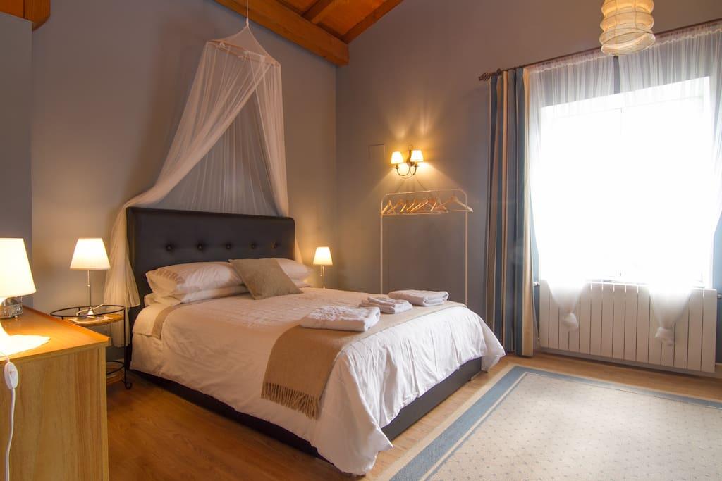 Habitación principal, con el techo a dos aguas, cama de matrimonio y cama nido