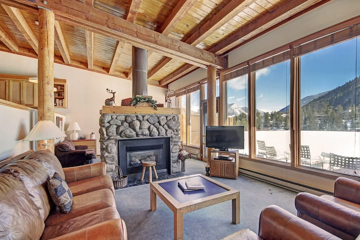 Oversized Condo - Amazing Mountain Views - On Shuttle Route to Slopes