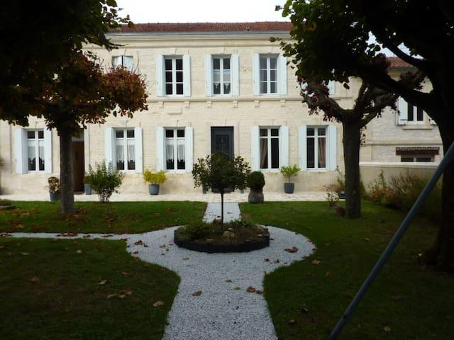 Chambre dans maison de charme - Pons