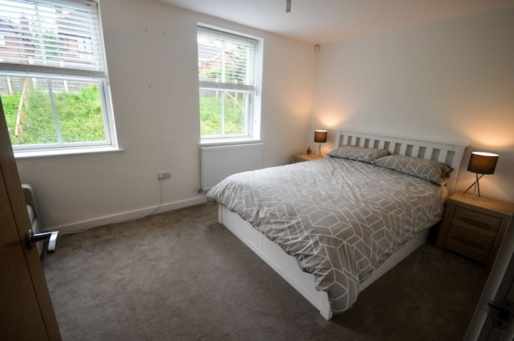 Private king bedroom close to Manchester Airport