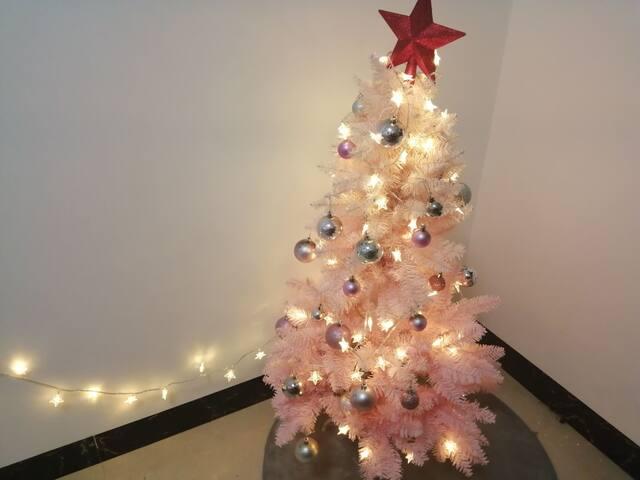 小房间里有圣诞树