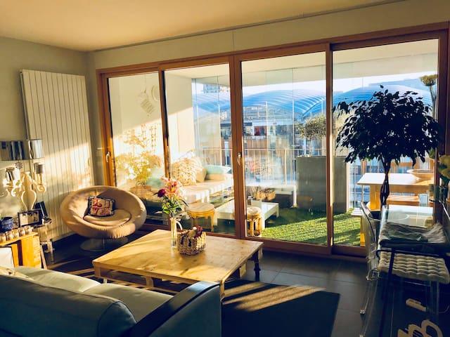 logement avec v randa quai de sa ne confluence. Black Bedroom Furniture Sets. Home Design Ideas