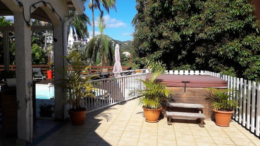 Villa avec piscine et jacuzzi - La Montagne - Villa