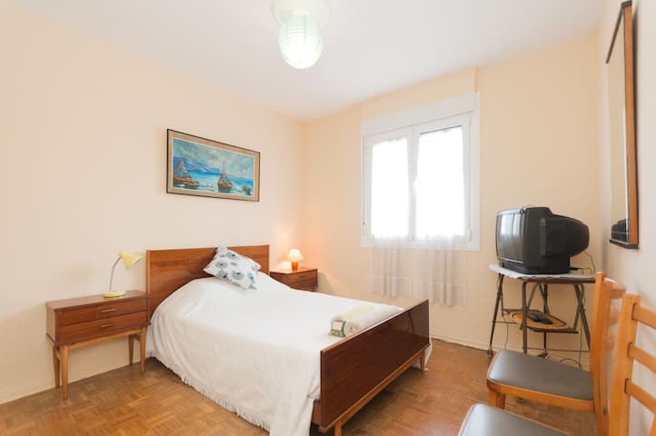 HABITACION DOBLE TV-WIFI-PARKING FREE¡ ( LSS00027) - San Sebastián - Bed & Breakfast