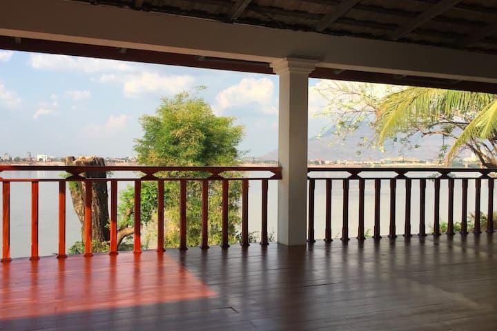 Maison grande terrasse sur le Mékong