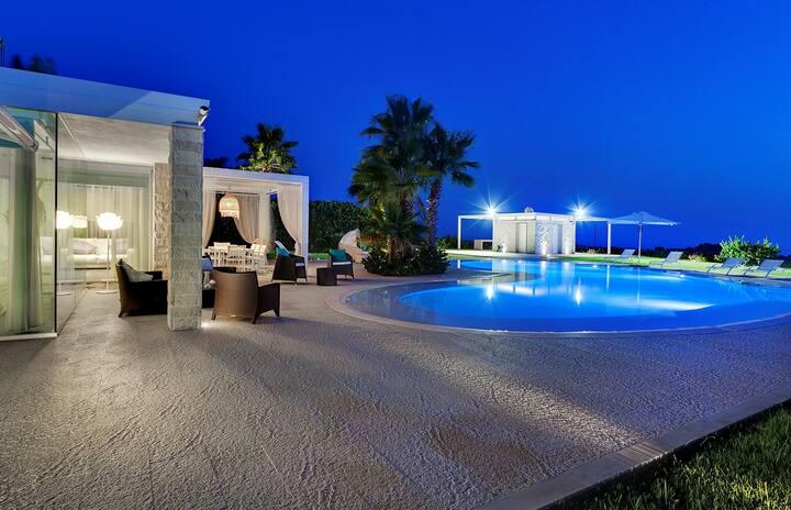 Persefone, villa con piscina e vista mare.