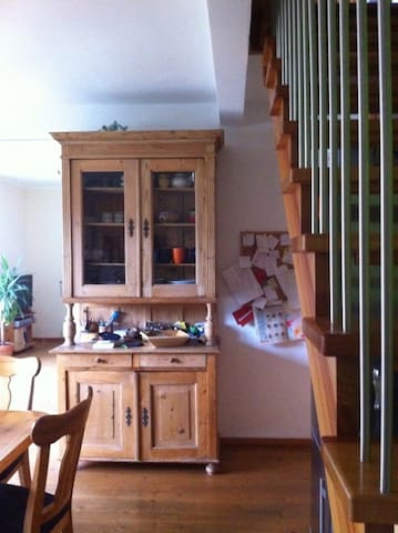Mit antikem Küchenschrank.