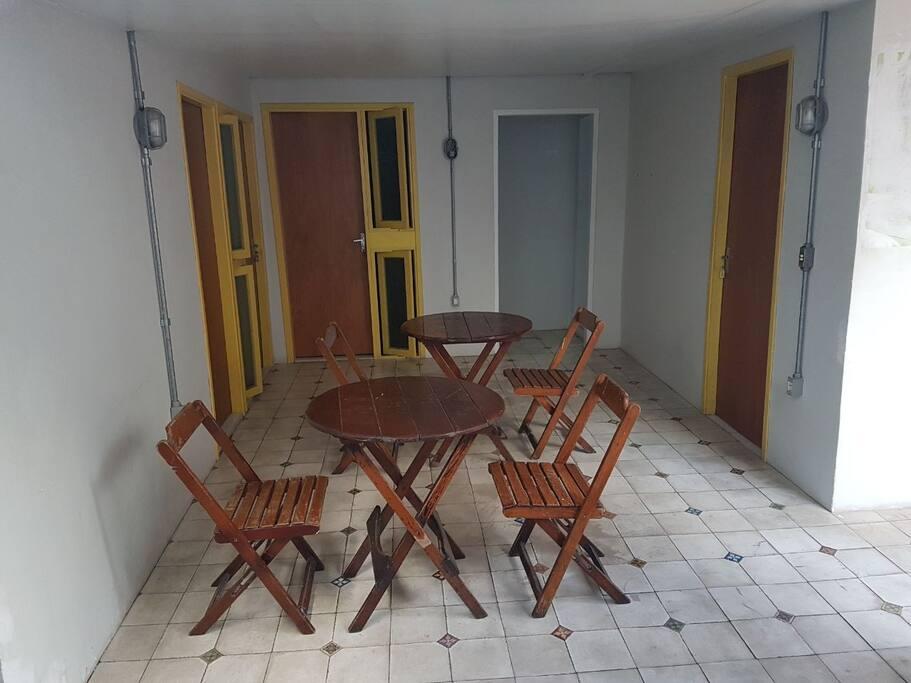 Espaço externo com acesso aos Quartos e banheiros