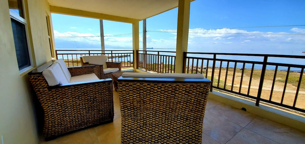 ★Breezy Beachfront Villa★Superb Views★AC★WiFi★