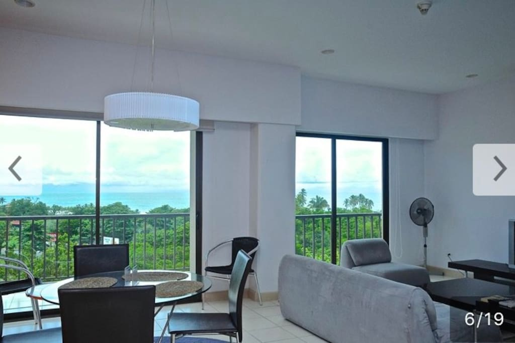 El Lujoso Condominio 5to Piso, Jaco Bay, situado en Jacó, alberga piscina al aire libre. Ofrece alojamiento independiente con conexión WiFi gratuita y aparcamiento privado gratuito. El alojamiento dispone de TV, aire acondicionado, balcón, cocina …
