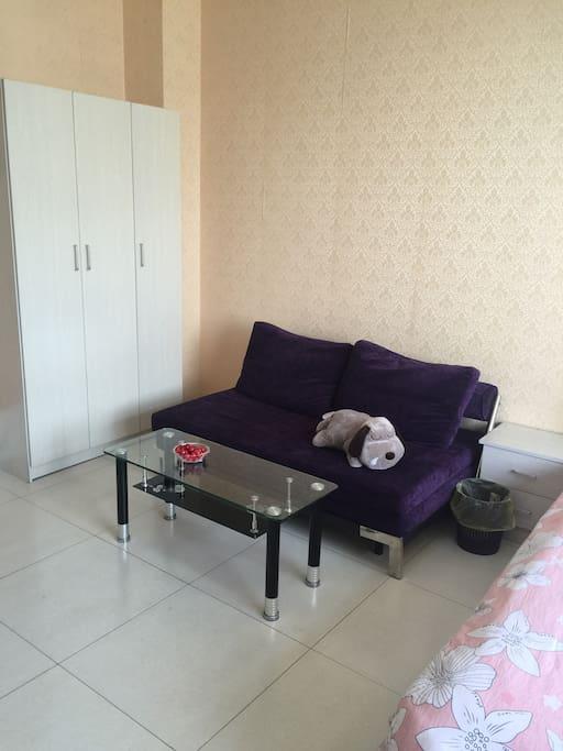 沙发可以拉开,变成另一张大床哦,房间最多可以睡四人