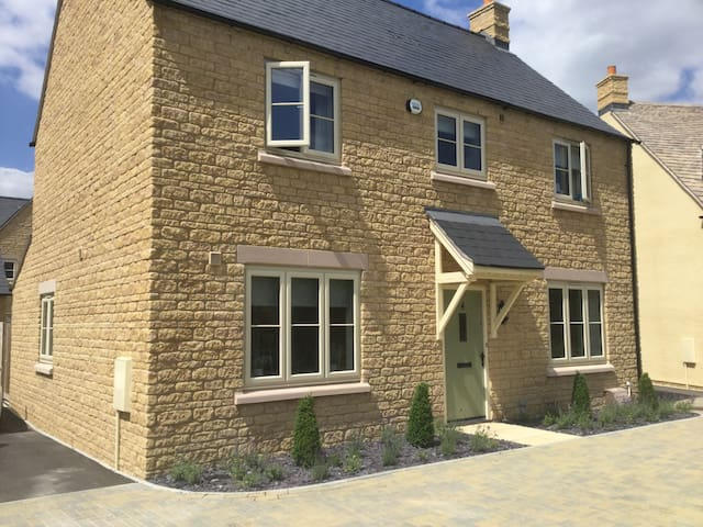 Comfortable ensuite Double, Bourton-on-the-Water.