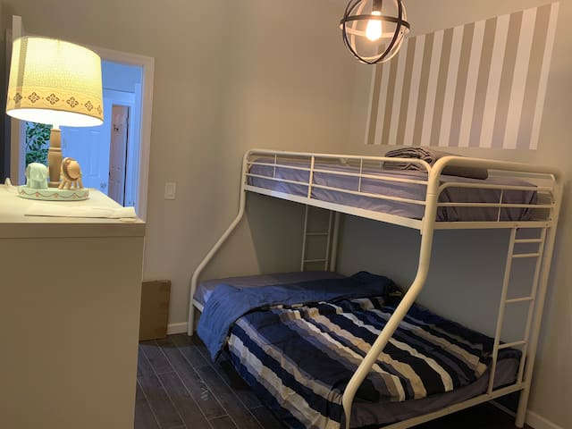 Bright private room, 5 mins walk to PATH to NYC!!