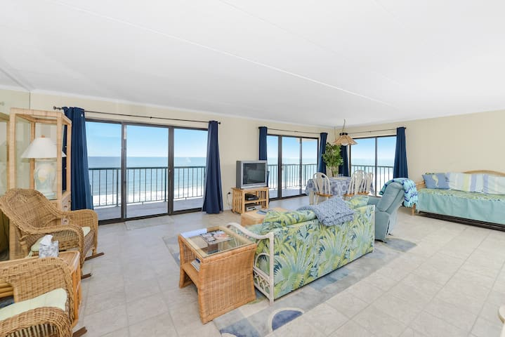 Mid Town 1 Bedroom Close in Summer Beach to Everything with Ocean View & Pool!