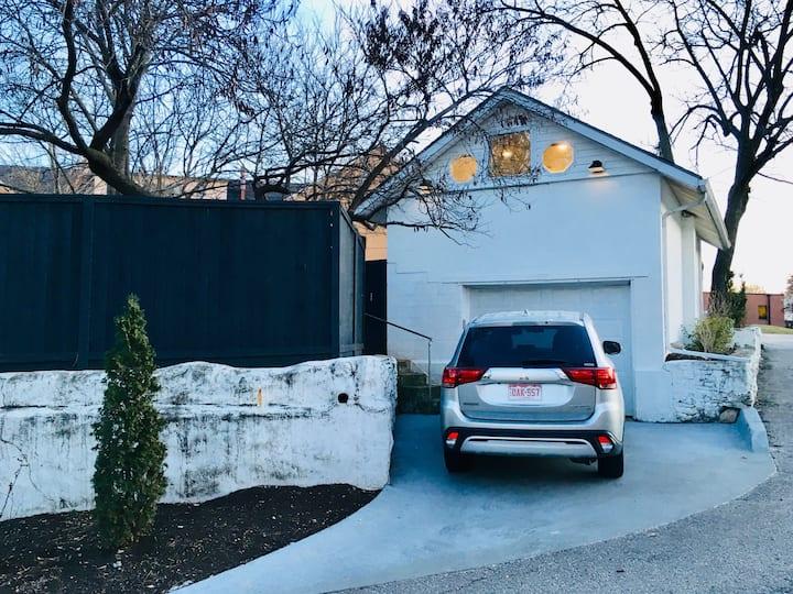 Urban Garden Oasis: Modern Studio & Private Garage