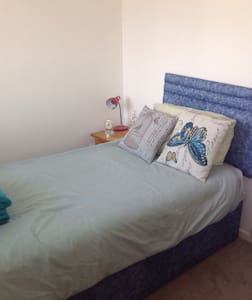Single bed in house near to castle - Warwick