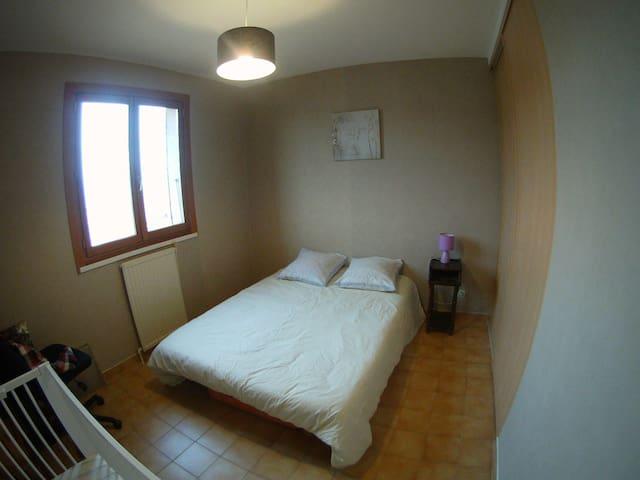 Chambre calme à l'étage dans maison