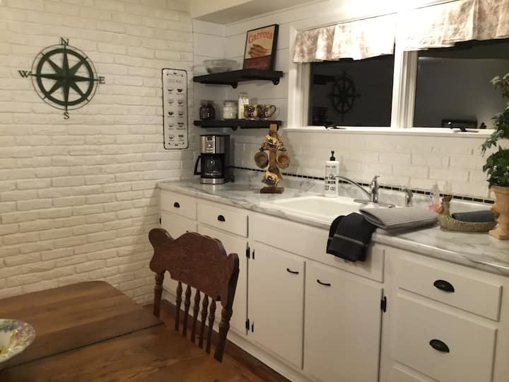 Private One Level Cottage. Close to City & Airport