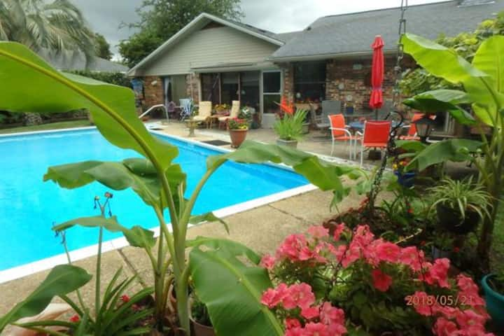 Poolside Paradise / 2  single  beds