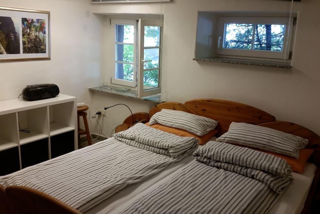 Schlafzimmer mit Doppelbett (2 Matratzen)