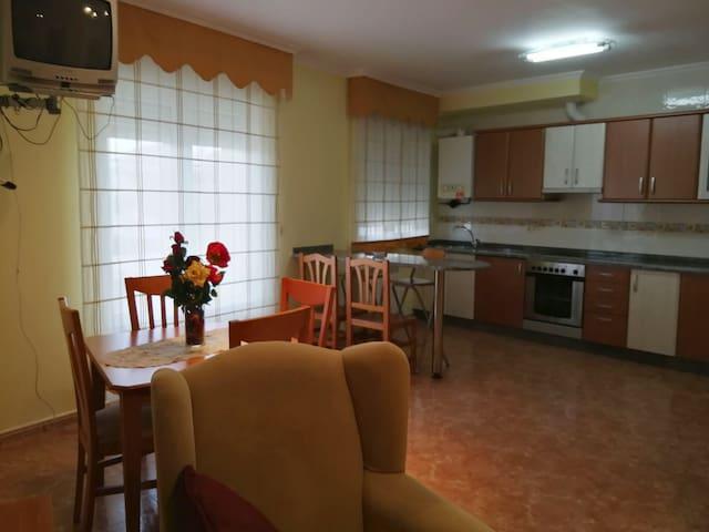 Apartamento a 500 m. de Praia de Llas. 2° piso.