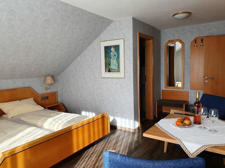 Gästehaus Wörner, (Durbach), Zimmer Nr. 5, Doppelzimmer mit Dusche/WC und Balkon