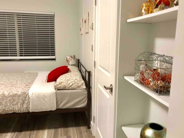 Los Feliz Cute Furnished Studio + Free Parking