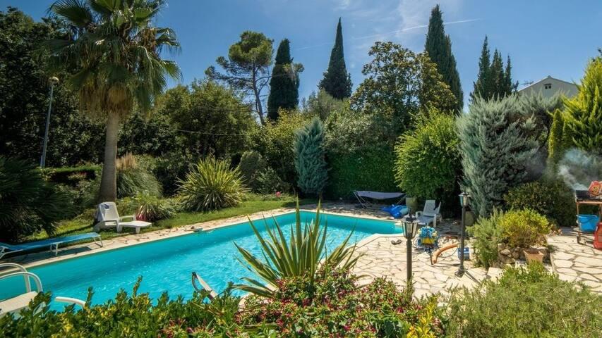 """Villa """"Paradis"""", climatisée avec jardin et piscine"""