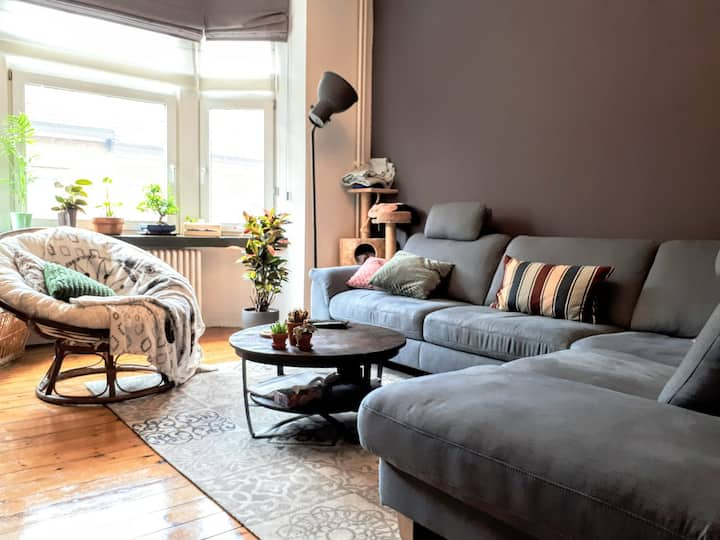 Charming room in lovely apartment near Airport