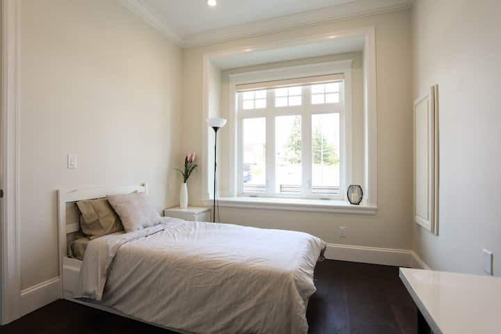 Burnaby New and Comfy Airbnb #4 Metrotown Area