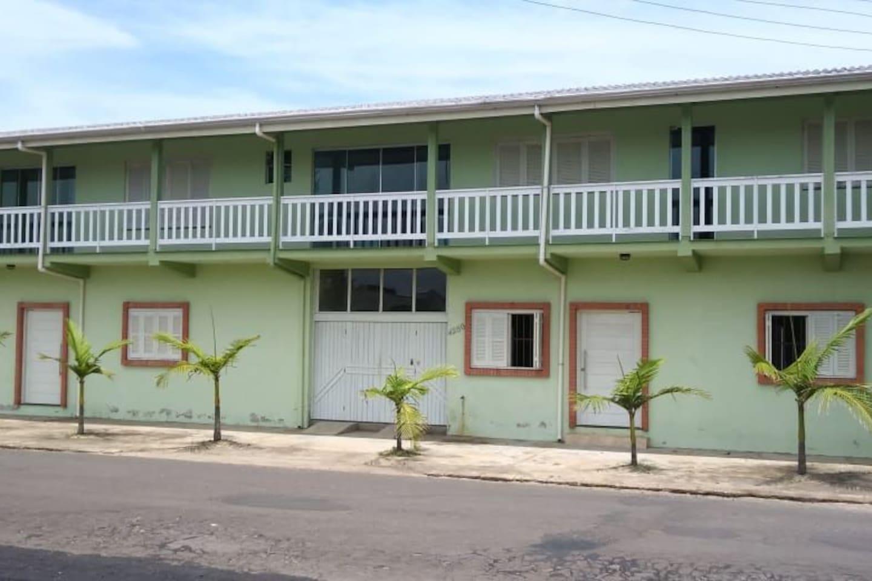 Apartamento anunciado é o que está na foto com as janelas abertas